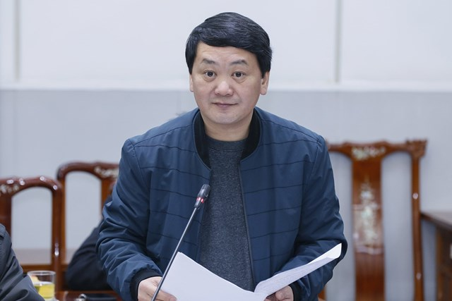 Phó Chủ tịch - Tổng Thư ký Hầu A Lềnh phát biểu tại phiên họp.