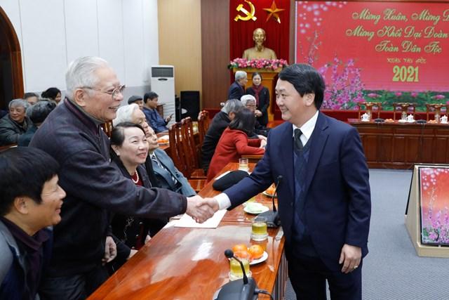 Phó Chủ tịch - Tổng Thư ký UBTƯ MTTQ Việt Nam Hầu A Lềnh thăm hỏi các vị cán bộ hưu trí.