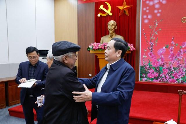 Chủ tịch UBTƯ MTTQ Trần Thanh Mẫn thăm hỏi nguyên Chủ tịch UBTƯ MTTQ Việt Nam Phạm Thế Duyệt.