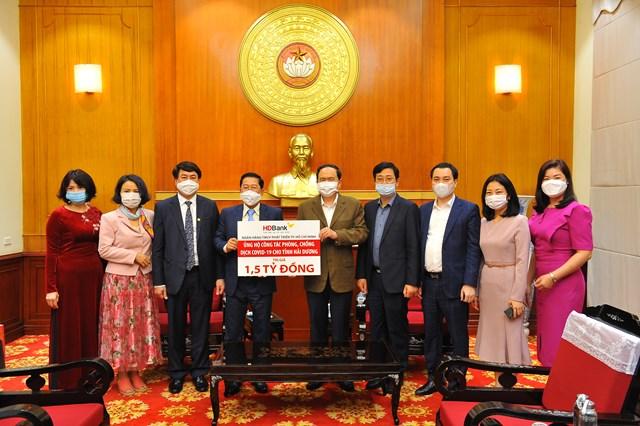 Ủy viên Bộ Chính trị, Chủ tịch UBTƯ MTTQ Việt Nam Trần Thanh Mẫn tiếp nhận số tiền ủng hộ 1,5 tỷ đồng từ Ngân hàng HDBank.