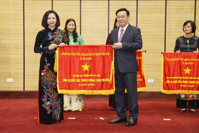 Bí thư Thành ủy Hà Nội Vương Đình Huệ trao cờ thi đua của Chính phủ cho các đơn vị có thành tích xuất sắc.
