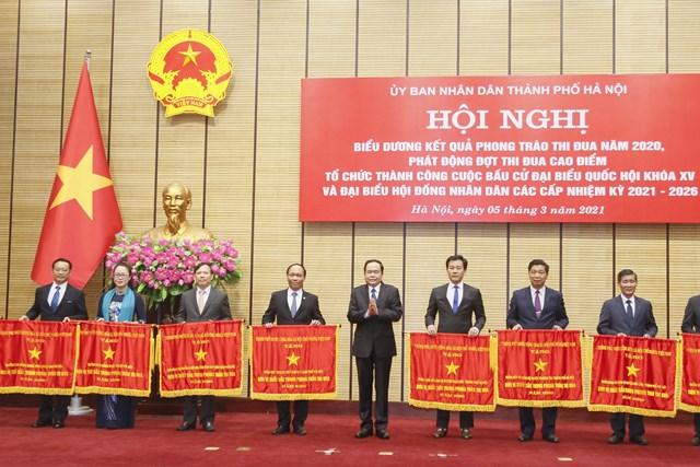 Ủy viên Bộ Chính trị, Chủ tịch UBTƯ MTTQ Việt Nam Trần Thanh Mẫn trao cờ thi đua của Chính phủ cho các đơn vị có thành tích xuất sắc.