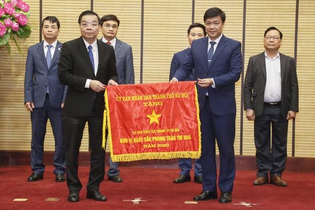 Chủ tịch UBND Thành phố Hà Nội Chu Ngọc Anh trao cờ thi đua của UBND TP Hà Nội cho các đơn vị có thành tích xuất sắc.