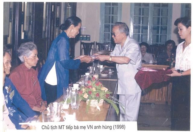 Chủ tịch Lê Quang Đạo tiếp đoàn đại biểu Bà mẹ Việt Nam Anh hùng đến thăm MTTQ Việt Nam vào năm 1998.