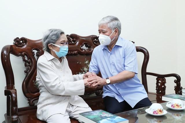 Chủ tịch UBTƯ MTTQ Việt Nam Đỗ Văn Chiến thăm hỏi sức khoẻ nhà văn Nguyệt Tú, phu nhân đồng chí Lê QuangĐạo.