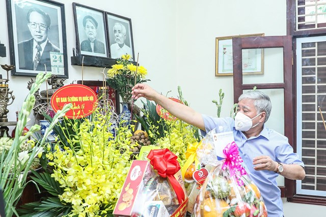 Chủ tịch UBTƯ MTTQ Việt Nam Đỗ Văn Chiến dâng hương tưởng nhớđồng chí Lê QuangĐạo.