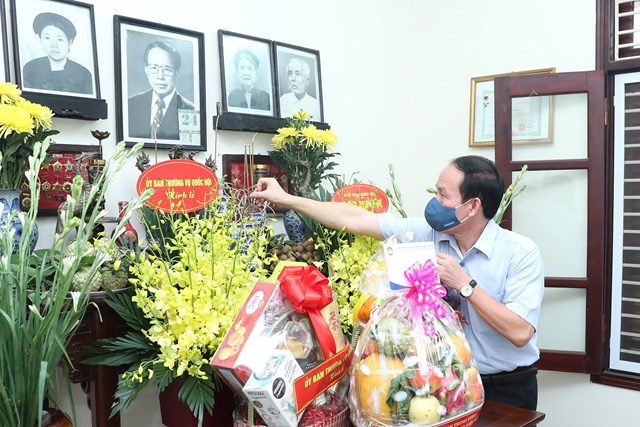 Phó Chủ tịch - Tổng Thư ký UBTƯ MTTQ Việt Nam Lê Tiến Châu dâng hương tưởng nhớđồng chí Lê QuangĐạo.