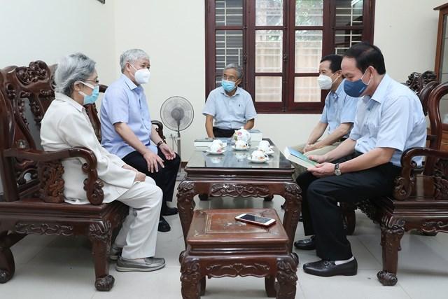 Chủ tịch UBTƯ MTTQ Việt Nam Đỗ Văn Chiến trò chuyện cùng giađìnhđồng chí Lê QuangĐạo.