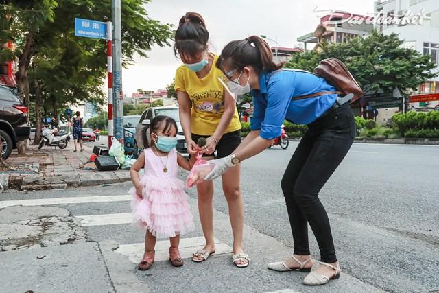 Hỗ trợ cơm cho người nghèo tại tổ 15 phường Ngọc Thụy, Long Biên. Ảnh: Phạm Quang Vinh.