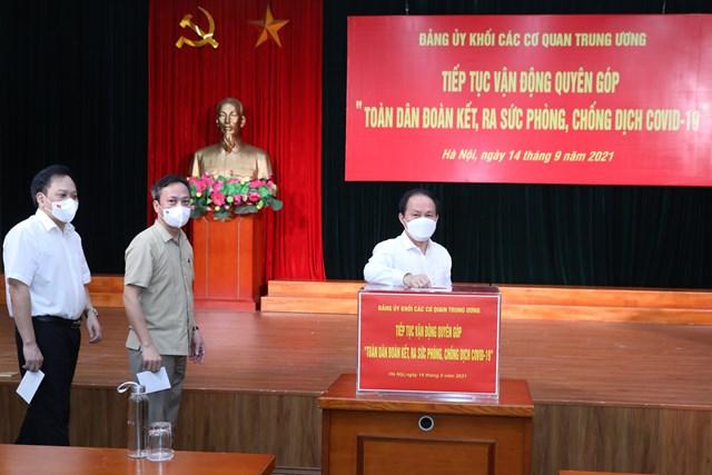 Phó Chủ tịch - Tổng Thư ký UBTƯ MTTQ Việt Nam Lê Tiến Châu tham gia ủng hộ tại buổi lễ.