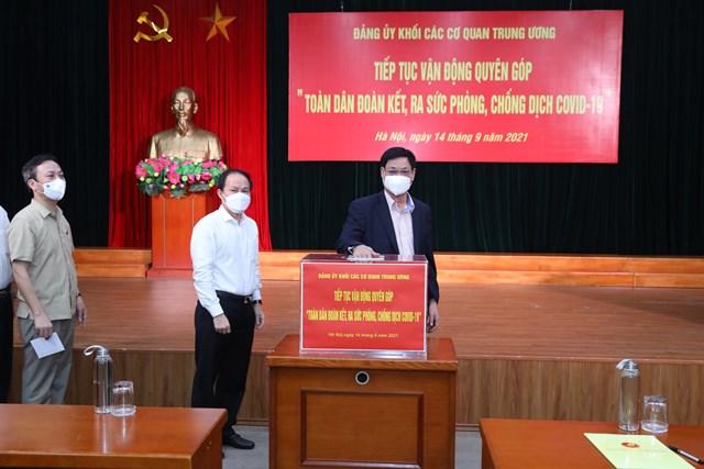 Ông Huỳnh Tấn Việt, Bí thư Đảng ủy Khối các cơ quan Trung ương tham gia ủng hộ tại buổi lễ.