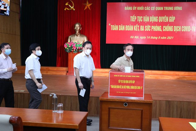 Cán bộ công chức, viên chức, người lao động cơ quan Đảng ủy Khối tham gia ủng hộ tại buổi lễ.