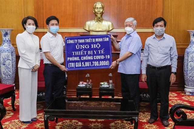 Bí thư Trung ương Đảng, Chủ tịch UBTƯ MTTQ Việt Nam Đỗ Văn Chiến tiếp nhận ủng hộ từ Công ty TNHH Thiết bị Minh Tâm.
