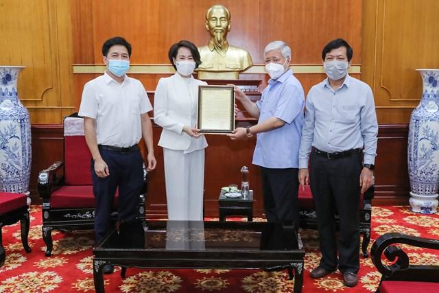 Bí thư Trung ương Đảng, Chủ tịch UBTƯ MTTQ Việt Nam Đỗ Văn Chiến trao thư cảm ơn Công ty TNHH Thiết bị Minh Tâm.