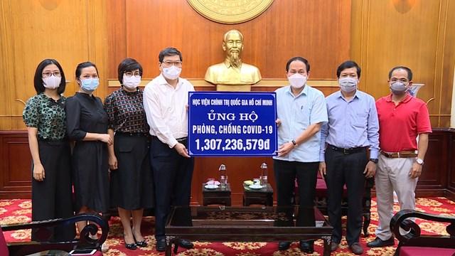 Phó Chủ tịch - Tổng Thư ký UBTƯ MTTQ Việt Nam Lê Tiến Châu tiếp nhận ủng hộ từ Học viện Chính trị Quốc gia Hồ Chí Minh.