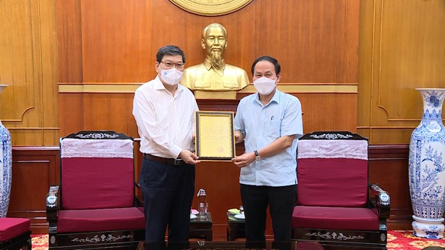 Phó Chủ tịch - Tổng Thư ký UBTƯ MTTQ Việt Nam Lê Tiến Châu trao thư cảm ơn tới Học viện Chính trị Quốc gia Hồ Chí Minh.