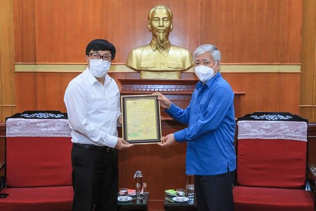 Bí thư Trung ương Đảng, Chủ tịch UBTƯ MTTQ Việt Nam Đỗ Văn Chiến trao thư cảm ơn Ngân hàng Chính sách xã hội.