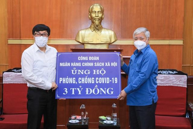 Bí thư Trung ương Đảng, Chủ tịch UBTƯ MTTQ Việt Nam Đỗ Văn Chiến tiếp nhận ủng hộ từ Ngân hàng Chính sách xã hội.