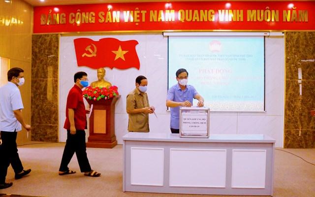 Ban Thường trực Ủy ban MTTQ tỉnh Phú Thọ quyên góp ủng hộ phòng chống dịch Covid-19.