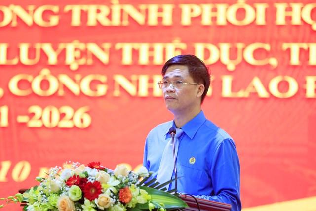 Phó Chủ tịch Tổng Liên đoàn Lao động Việt Nam Ngọ Duy Hiểu báo cáo tại Hội nghị.