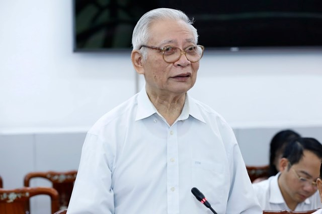 PGS.TS Trần Hậu, Ủy viên Hội đồng tư vấn Khoa học - Giáo dục và Môi trường gópý tại Hội nghị.