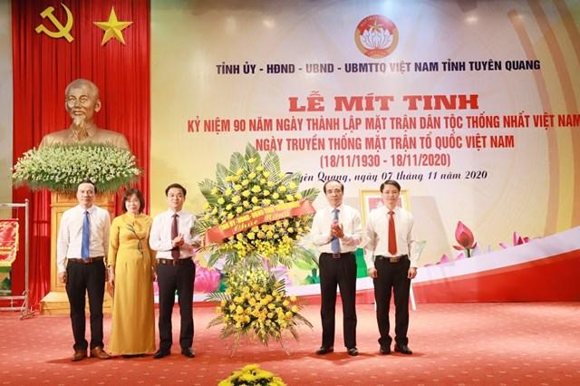 Lãnhđạo Tỉnhủy Tuyên Quang tặng hoa chúc mừngỦy ban MTTQ Việt Nam tỉnh.