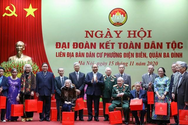 Thủ tướng Chính phủ và cán bộ lão thành cách mạng, các cụ cao niên phườngĐiện Biên.