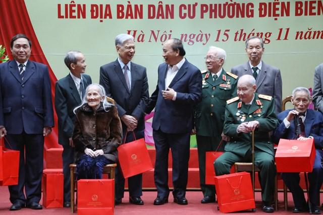 Thủ tướng Chính phủ Nguyễn Xuân Phúc tặng quà cho các vị lão thành cách mạng, các cụ cao niên phườngĐiện Biên.