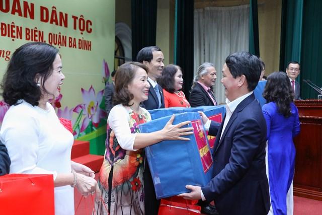 Phó Chủ tịch - Tổng Thư ký UBTƯ MTTQ Việt Nam Hầu A Lềnh tặng quà chođại diện 8 tổ dân phố phườngĐiện Biên.