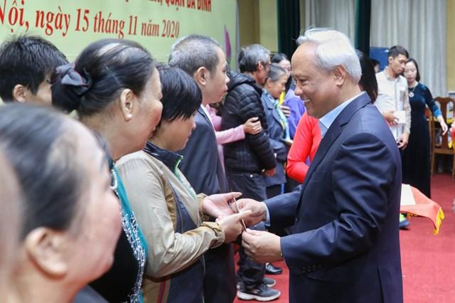 Phó Chủ tịch Quốc hội Uông Chu Lưu tặng quà cho các hộ giađình có hoàn cảnh khó khăn.