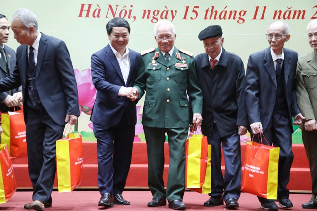Phó Chủ tịch - Tổng Thư ký UBTƯ MTTQ Việt Nam Hầu A Lềnh tặng quà các vị lão thành cách mạng và các cụ cao niên phườngĐiện Biên.