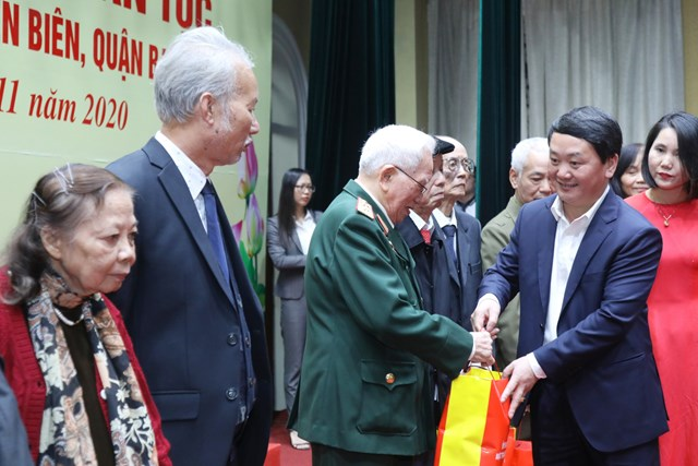 Phó Chủ tịch - Tổng Thư ký Hầu A Lềnh tặng quà cho các giađình văn hóa tiêu biểu.