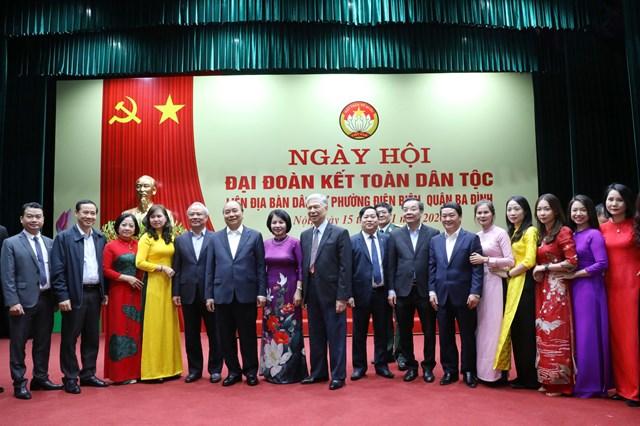 Thủ tướng Chính phủ, các vị đại biểu chụpảnh lưu niệm cùng cán bộ nhân dân phườngĐiện Biên.