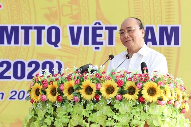 Thủ tướng Chính phủ Nguyễn Xuân Phúc trò chuyện với bà con thôn Phù Liễn.