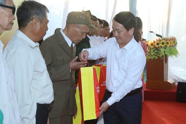 Phó Chủ tịch - Tổng Thư ký Hầu A Lềnhtặng quà cho các gia đình tiêu biểu, gia đình chính sách trên địa bàn xã Hồng Phong, huyện Nam Sách, tỉnh Hải Dương.