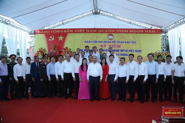 Thủ tướng Nguyễn Xuân Phúc chụpảnh lưu niệm với cán bộ,đảng viên, nhân dân thôn Phù Liễn, xã Hồng Phong.