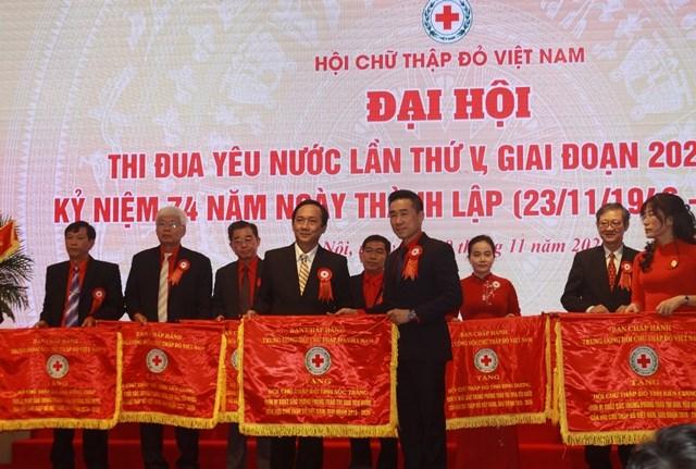 Trungương Hội Chữ thậpđỏ Việt Nam tặng Cờ thiđua cho các tỉnh, thành hội có thành tích xuất sắc.