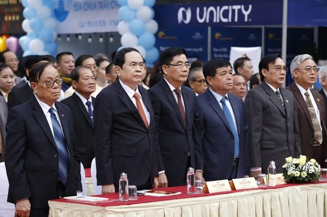 Chủ tịch Trần Thanh Mẫn và cácđại biểu dự buổi lễ thực hiện nghi lễ chào cờ.