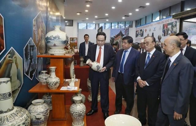 Chủ tịch Trần Thanh Mẫn và các đại biểu dự lễ kỷ niệm thăm gian trưng bày các sản phẩm làng nghề.