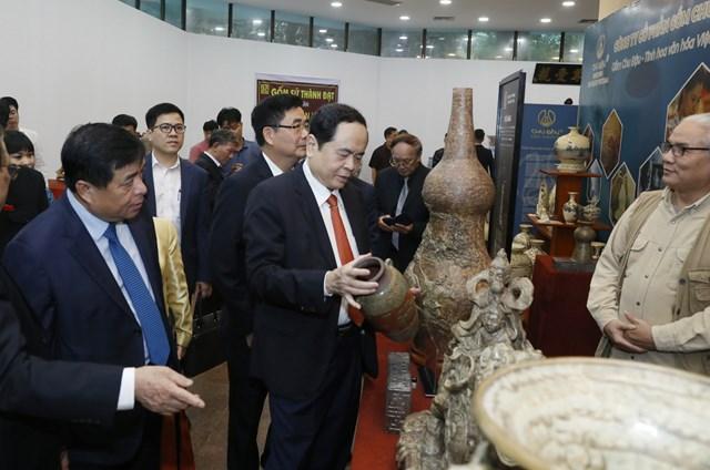 Chủ tịch Trần Thanh Mẫn thăm gian trưng bày các sản phẩm làng nghề.