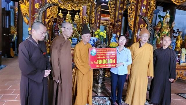 Thượng tọa Thích Thanh Quyết trao số tiềnủng hộ 160 triệuđồng cho Ban Trị sự Giáo hội Phật giáo tỉnh Quảng Bình.