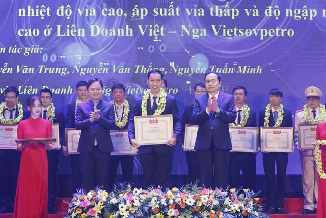 Chủ tịch Trần Thanh Mẫn traoGiải thưởng Tuổi trẻ sáng tạo toàn quốc năm 2020.