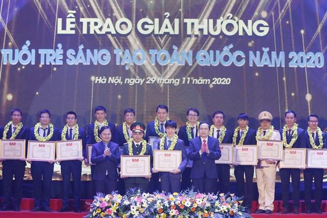 Chủ tịch Trần Thanh Mẫn trao Giải thưởng Tuổi trẻ sáng tạo toàn quốc năm 2020.