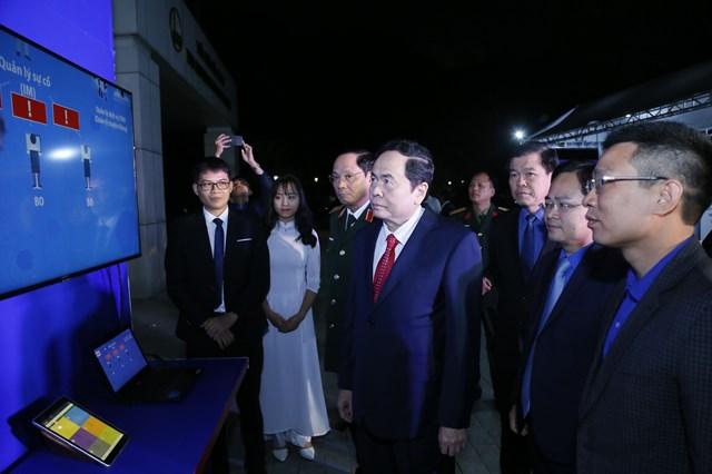 Chủ tịch Trần Thanh Mẫn tham quan gian trưng bày tại Liên hoan Tuổi trẻ sáng tạo 2020.