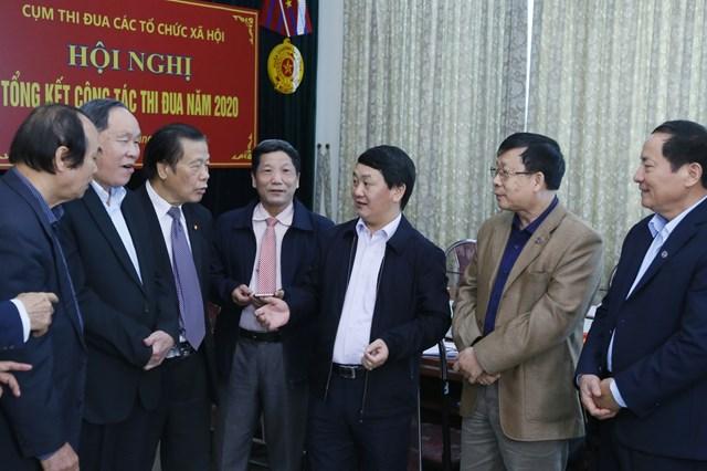 Phó Chủ tịch - Tổng Thư ký Hầu A Lềnh traođổi với cácđại biểu tại Hội nghị.