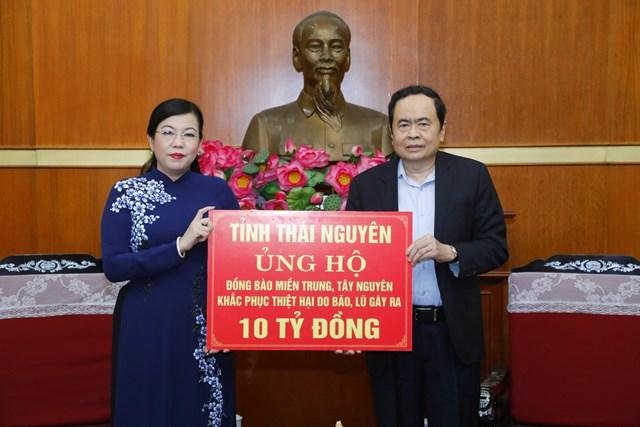 Chủ tịch Trần Thanh Mẫn tiếp nhận 10 tỷ đồng từ tỉnh Thái Nguyên ủng hộ đồng bào các tỉnh miền Trung, Tây Nguyên khắc phục thiệt hại do bão lũ gây ra.