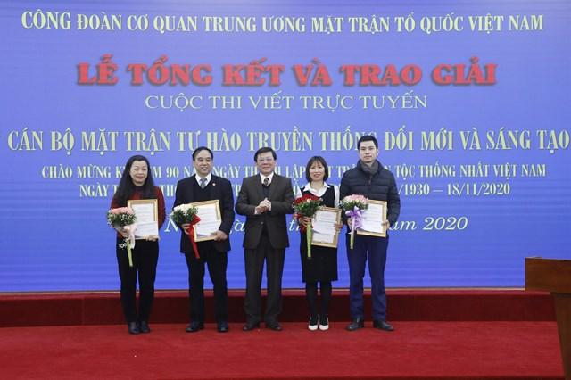 Phó Chủ tịch Nguyễn Hữu Dũng trao thưởng cho các tác giả đạt giải.