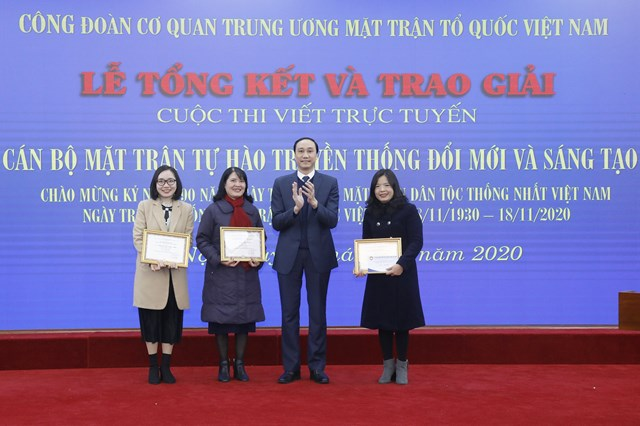 Phó Chủ tịch Phùng Khánh Tài trao thưởng cho các tác giả đạt giải.