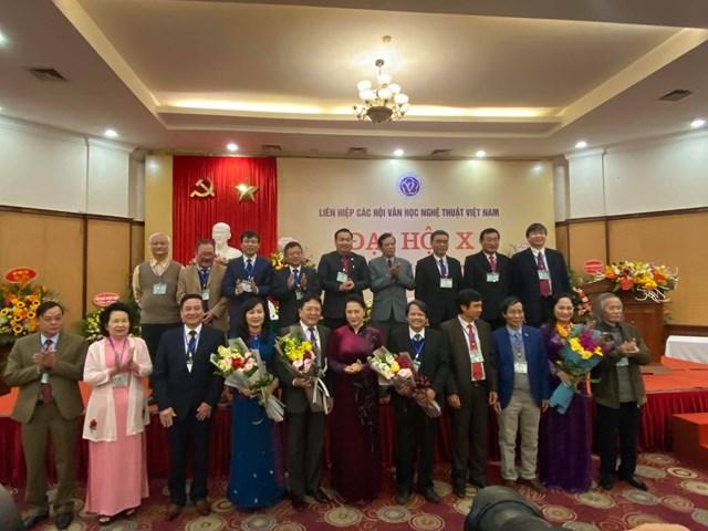 Chủ tịch Quốc hội Nguyễn Thị Kim Ngân chụp ảnh cùng Đoàn Chủ tịch khoá X. Ảnh: Lâm Hiển.