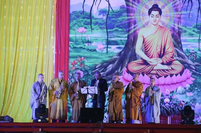 Nghệ sĩ Quyền Văn Minh cùng các tăng ni trình diễn tại buổi lễ.